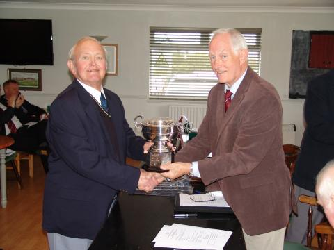 Alf Moffitt receiving the Richardson Trophy from Mike Smedley